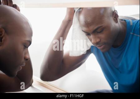 Homme noir près de repos après entraînement miroir Banque D'Images