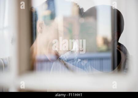 Couple hugging derrière Banque D'Images