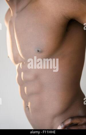 Black man flexing muscles abdominaux Banque D'Images