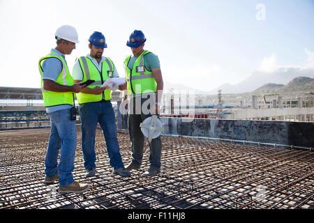 Les travailleurs de la construction d'armature en conversation sur at construction site Banque D'Images