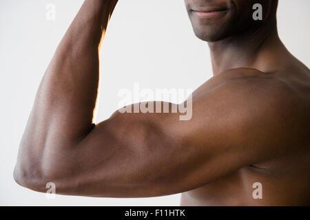 Black man flexing muscles Banque D'Images
