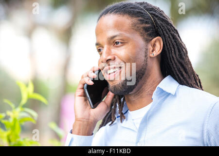 African American businessman talking on cell phone Banque D'Images
