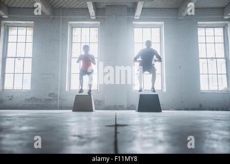 Silhouette d'athlètes sautant sur les plates-formes Banque D'Images