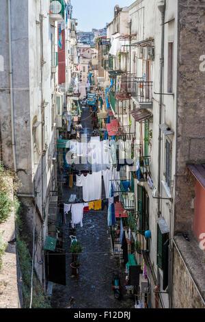 Les cordes à linge de blanchisserie est suspendu de l'autre côté de la rue étroite entre les maisons dans la région de Naples, Italie