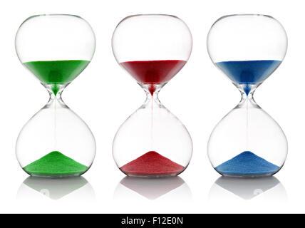 Sable de couleur, rouge, vert et bleu, courir à travers le verre sabliers Banque D'Images