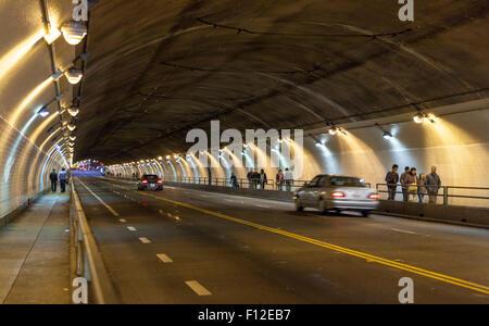 Les piétons et les voitures se déplacent dans un flou à travers le tunnel St Stockton à San Francisco, Californie Banque D'Images