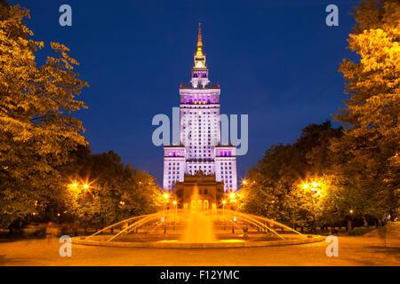 Le Palais de la Culture et de la science à Varsovie, Pologne la nuit. Banque D'Images