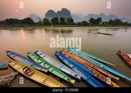 Canoës sur la amarré sur la rivière Nam Song à Vang Vieng, Laos, mars 2009. Banque D'Images