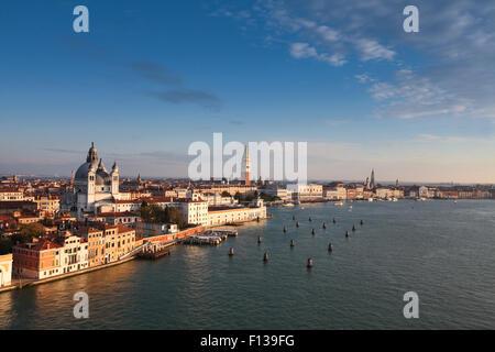 Italie Venise, vue de la ville, comme Santa Maria della Salute et clocher Campanile San Marco dans la lumière du Banque D'Images