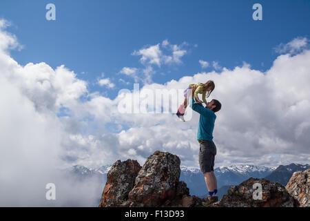 Homme tenant sa fille dans l'air Banque D'Images
