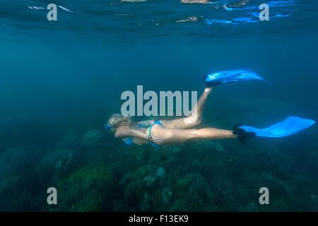 Sous-marine en apnée femme, Bali, Indonésie Banque D'Images