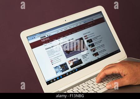 Site web appartenant à BBC News le fait d'être vu sur un ordinateur portable Banque D'Images