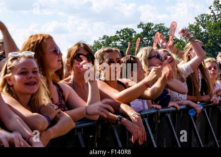 Atmosphère à V Festival Hylands Park le 22/08/2015 à Hylands Park, Chelmsford. Les personnes sur la photo: les Banque D'Images