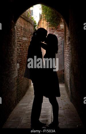 L'Italie, Venise, silhouettes de couple gate Banque D'Images