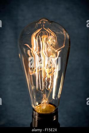 Thème de l'Halloween vintage horribles squelette coincé dans lightbulb Banque D'Images