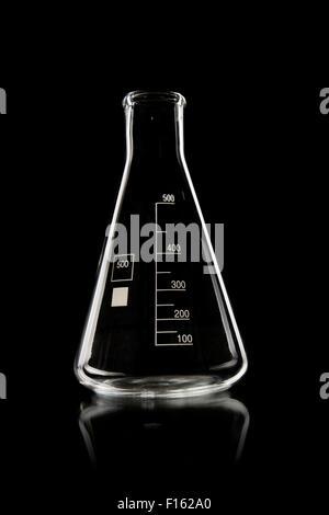 Limpide, verrerie de laboratoire photo verticale sur fond noir Banque D'Images