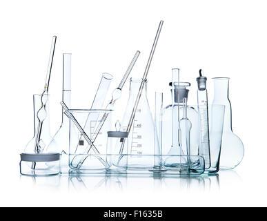 De l'objet groupe limpide de laboratoire verrerie sur fond blanc, isolé, photo horizontale Banque D'Images