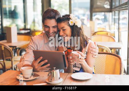 Paris, en couple in Cafe Banque D'Images