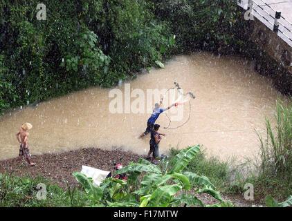 Net net cast jeter Meekong la pêche traditionnelle de la rivière Banque D'Images
