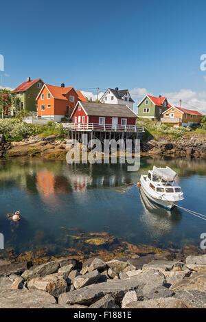 Village de pêcheurs de Henningsvaer îles Lofoten, Norvège, avec des bâtiments en bois coloré typique Banque D'Images