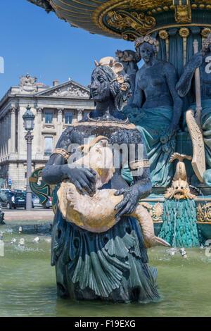Le printemps à Paris: Statue d'une femme tenant un poisson. Une partie de l'une des fontaines de la Place de la Banque D'Images