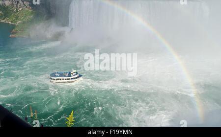 Maid of the Mist Boat cruise s'approche des chutes Niagara à Niagara Falls. Vue du côté canadien. Dans la brume Banque D'Images