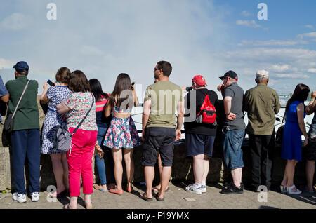 Des foules de touristes regarder et prendre des photos des chutes du Niagara du côté canadien. Groupe de personnes Banque D'Images