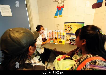 Guatemala, Guatemala City, médecin (Maria Eugenia Luarte) recevant le SIDA/VIH femme patient et de donner des conseils sur les risques et les comportements (Walter Armando Andres 27, Maria Josefina Guevara 29, Angelica Maria Andres Guevara 2 mois.) Banque D'Images