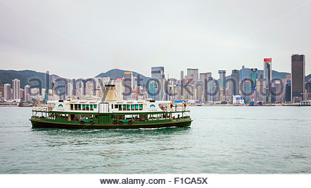 Star Ferry sur le port de Victoria vu de Tsim Sha Tsui, Kowloon, Hong Kong, Chine Banque D'Images