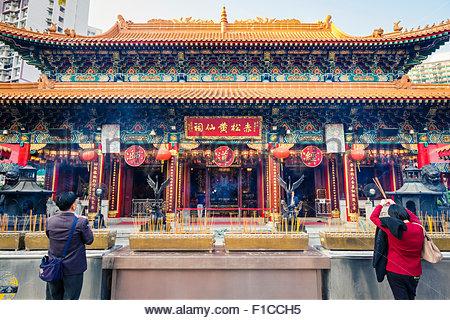 Les gens priant devant d'autel principal de la maison (de Wong Tai Sin temple de Sik Sik Yuen), district de Wong Banque D'Images