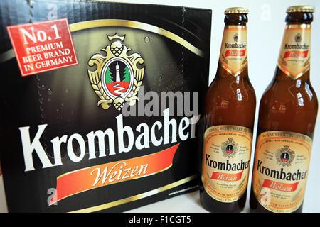Bouteilles de Krombacher Weizen, le nombre 1 d'une bière de marque en Allemagne Banque D'Images
