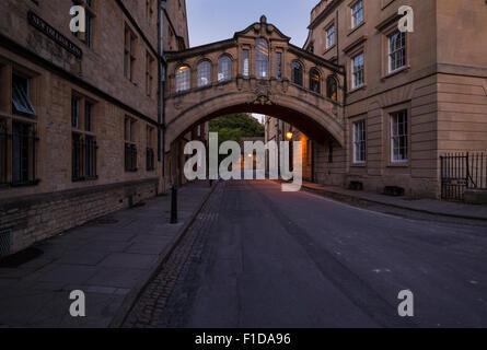 Le pont des soupirs en centre-ville d'oxford reliant deux bâtiments de l'université ensemble Banque D'Images