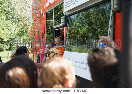 Les clients à l'extérieur de camion alimentaire Banque D'Images