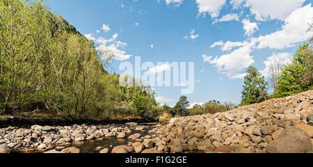 Vue vers le haut la rivière Tugela près les montagnes du Drakensberg Banque D'Images