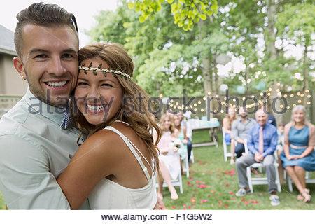 Enthousiaste Portrait mariés à mariage d'arrière-cour Banque D'Images