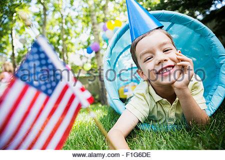 Portrait of boy party hat drapeau américain tunnel jouet Banque D'Images