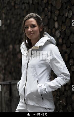Mid adult woman wearing white coat, portrait Banque D'Images