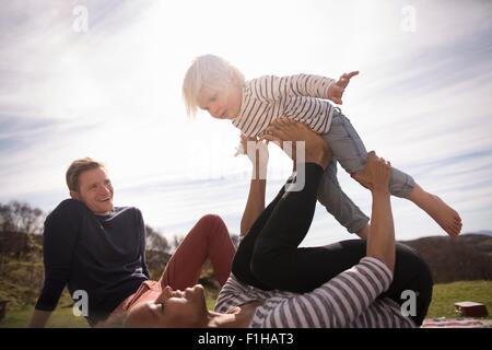 L'équilibrage de mère fils sur pieds Banque D'Images