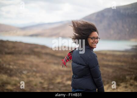 Mid adult woman in mountains looking at camera Banque D'Images