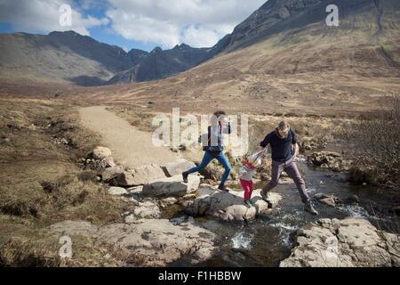 Traversée de la famille flux, Conte de piscines, île de Skye, Hébrides, Ecosse Banque D'Images