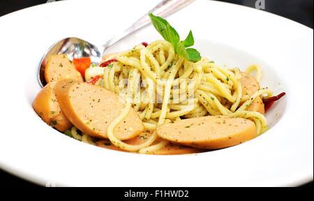 Basilic saucisses spaghetti Banque D'Images