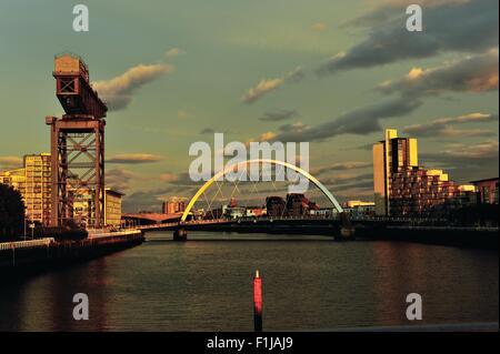 Glasgow, Ecosse, Royaume-Uni. 09Th Nov, 2015. Coucher de soleil sur la rivière Clyde, avec l'Arc de Clyde, connu localement sous le pont aux, et l'Finnieston Crane illuminé par le soleil. Crédit: Tony Clerkson/Alamy Live News