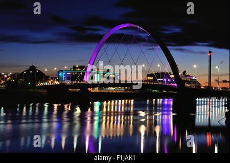 Glasgow, Ecosse, Royaume-Uni. 09Th Nov, 2015. Le Clyde Arc, également connu sous le nom de pont aux, s'allume à la nuit tombée avec STV et bureaux de la BBC dans l'arrière-plan et les lumières réfléchissant sur la rivière Clyde Crédit: Tony Clerkson/Alamy Live News