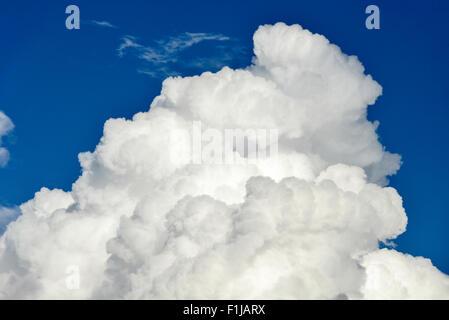 Cirrus nuages contre ciel bleu près de l'aéroport de Heathrow, Londres, Angleterre, Royaume-Uni Banque D'Images