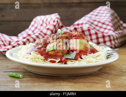 Les pâtes alimentaires italiennes - spaghetti à la sauce tomate et boulettes de viande Banque D'Images