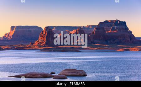 Padre Bay, du Cookie Jar Butte au lever du soleil. Le lac Powell, Utah, USA Banque D'Images