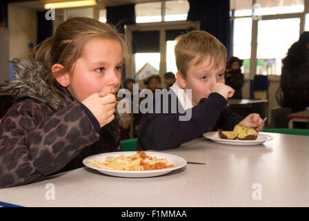 Élève de primaire d'avoir leur déjeuner, Londres, Royaume-Uni. Banque D'Images