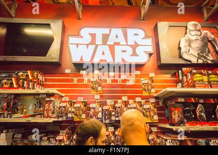 New York, USA. Le 4 septembre, 2015. Shoppers au magasin Toys R Us de Times Square à New York, le soi-disant 'force', Banque D'Images
