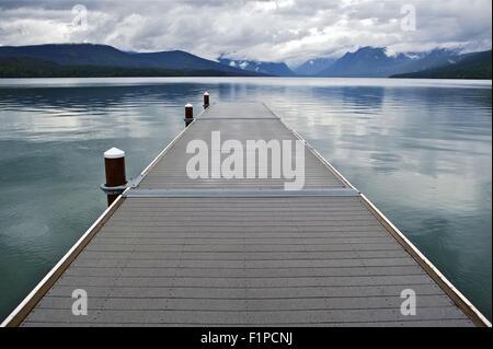 Lake McDonald le Montana le parc national des Glaciers. Un quai flottant en bois. Lac McDonald est le plus grand Banque D'Images