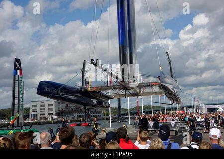 Les gens se rassemblent et se saisir de l'occasion de voir Swedish America's Cup 72 catamaran de classe ci-dessous lorsqu'il est soulevé pour la voile aile r
